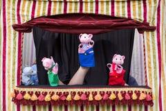 Geschichte der drei kleinen Schweine und des großen schlechten Wolfs mit Handpuppen Lizenzfreies Stockbild