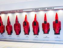Geschichte der Entwicklung der Formen von Ferrari-Autos am Stand Ferrari-Museum Lizenzfreie Stockfotografie