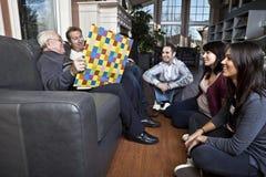 Geschichteerklären seiner Familie des älteren Mannes Stockfoto