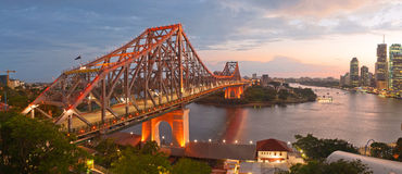 Geschichten-Brücke auf Dämmerung Lizenzfreies Stockfoto