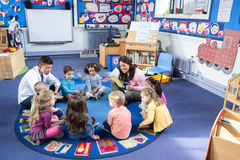Geschichten-Zeit an der Kindertagesstätte Stockbilder