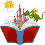 Geschichtenbuch mit Karikaturschloss, -drachen und -sonne Stockfoto