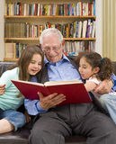 Geschichtezeit mit Großvater Lizenzfreie Stockfotos