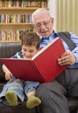 Geschichtezeit mit Großvater Stockbilder