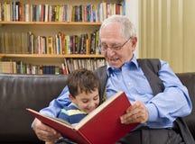 Geschichtezeit mit Großvater Stockbild