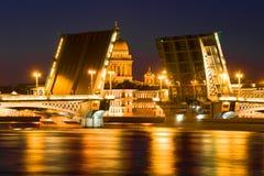 Geschiedene Ankündigungs-Brücke auf dem Hintergrund der Haube von St. Isaac Cathedral St Petersburg, Russland Stockfotos