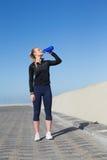 Geschikt blonde drinkwater op de pijler Royalty-vrije Stock Fotografie