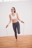 Geschikt donkerbruin gebruikend touwtjespringen Stock Foto