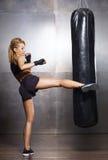 Geschikt en sportief jong meisje die een kickboxing opleiding hebben Undergro Stock Afbeeldingen