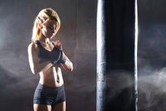 Geschikt en sportief jong meisje die klaar voor een kickboxing opleiding worden Royalty-vrije Stock Foto