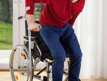 Geschikt gehandicapten die proberen op te staan stock afbeeldingen