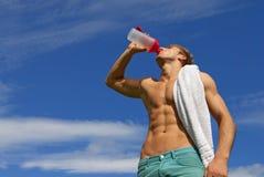 Geschikt jonge mensen drinkwater Royalty-vrije Stock Afbeeldingen