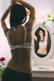 Geschikt model die in de spiegel kijken Stock Foto's