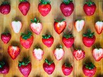 Geschikt patroon van aardbeien op een houten raad royalty-vrije stock afbeelding