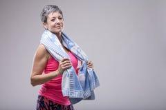 Geschikte aantrekkelijke vrouw met een handdoek rond haar hals stock foto's