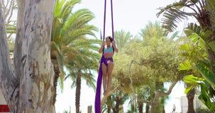 Geschikte acrobatische danser die prestaties geven stock videobeelden