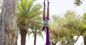 Geschikte acrobatische danser die prestaties geven stock video