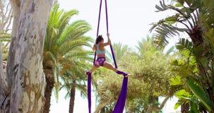 Geschikte acrobatische danser die prestaties geven stock footage