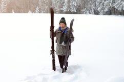 Geschikte actieve bejaarde dame met haar skis Royalty-vrije Stock Foto's