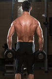 Geschikte Atleet Doing Exercise For Trapezius Stock Foto