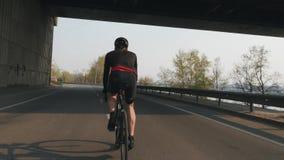 Geschikte atletische fietser berijdende fiets r Jonge fietsruiter opleiding op fiets Het cirkelen concept Langzame Motie stock footage