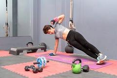 Geschikte Aziatische vrouw die zijplank, de gezonde levensstijl van de Concepten pilates geschiktheid doen stock afbeeldingen