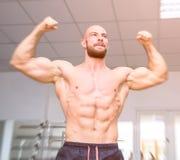 Geschikte bodybuilder die succes vieren Royalty-vrije Stock Foto's