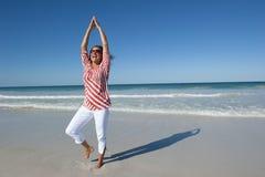 Geschikte en rijpe vrouw op strand royalty-vrije stock foto