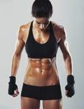 Geschikte en sexy jonge vrouwelijke bodybuilder stock afbeeldingen