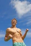 Geschikte het glimlachen kerel die zijn sterkte toont Royalty-vrije Stock Fotografie