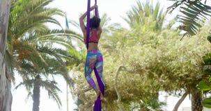Geschikte jonge acrobaatdanser die haar routine uitoefenen stock video