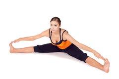 Geschikte Jonge het Praktizeren van de Vrouw Yoga Asana Royalty-vrije Stock Fotografie