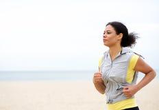 Geschikte jonge vrouw die door het strand lopen Royalty-vrije Stock Afbeeldingen