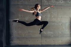 Geschikte jonge vrouw het springen dansende Fitness sport stock foto's