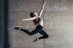 Geschikte jonge vrouw het springen dansende Fitness sport stock afbeelding