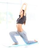 Geschikte jonge vrouwelijke opleiding fysisch bij de gymnastiek stock afbeeldingen