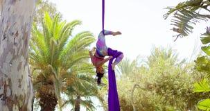 Geschikte lenige acrobatische danser die prestaties geven stock video