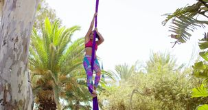 Geschikte lenige acrobatische danser die prestaties geven stock videobeelden