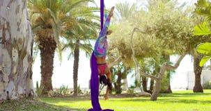 Geschikte lenige acrobatische danser die prestaties geven stock footage