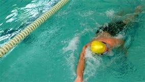 Geschikte mens die in de pool zwemmen stock video