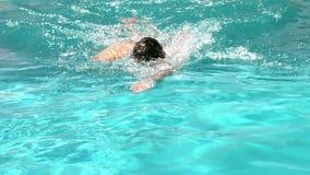 Geschikte mens die in de pool zwemmen stock videobeelden