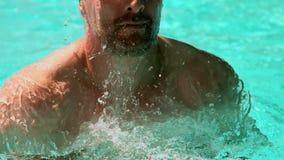 Geschikte mens die in de pool zwemmen stock footage