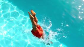 Geschikte mens die in het zwembad duiken stock videobeelden