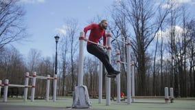 Geschikte mens met baard bij training in openlucht stock video