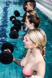 Geschikte mensen die een klasse van de aquaaerobics doen Royalty-vrije Stock Foto's