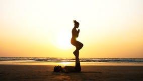 Geschikte sportieve paar het praktizeren acroyoga met partner samen op het zandige strand royalty-vrije stock foto's