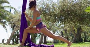 Geschikte sportieve turner die opwarmend oefeningen doen stock videobeelden