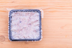 Geschikte verpakte fijngehakte ruwe vleeshondevoer in verzegelde ton Stock Afbeeldingen