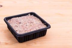 Geschikte voedzame verpakte fijngehakte ruwe vleeshondevoer in ton Royalty-vrije Stock Afbeeldingen