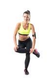 Geschikte vrij vrouwelijke atleet die op enig been opheffen die hurkende oefening doen stock foto's